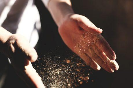 mani di un fornaio